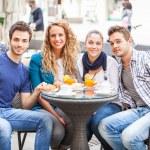 Skupina přátel s tradiční italskou snídani — Stock fotografie