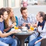 grupp av vänner som har en traditionell italiensk frukost — Stockfoto