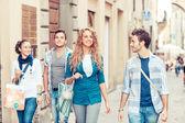 Grupo de amigos com sacos de compras — Fotografia Stock