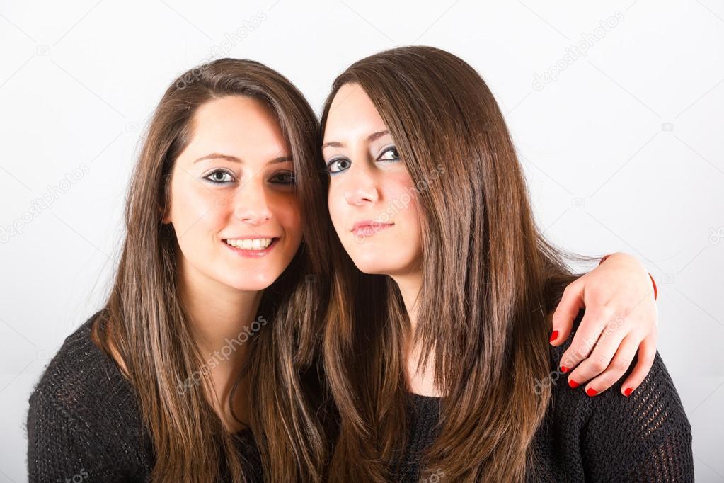 Dos hermanas gemelas hermosas abrazadas fotos de stock - Viveros en dos hermanas ...