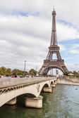 PARIS, FRANCE - OCTOBER 5: Tour Eiffel and Seine River in Paris — Stockfoto