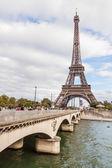 PARIS, FRANCE - OCTOBER 5: Tour Eiffel and Seine River in Paris — Foto Stock
