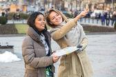 Turista com mapa em praga — Foto Stock