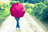 Tienermeisje met rode paraplu — Stockfoto
