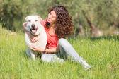 Jeune femme avec chien — Photo