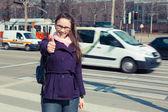 城市道路旁的年轻商业女人 — 图库照片