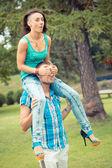 молодая пара занимается контрейлерных ride — Стоковое фото