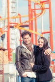 šťastný mladý pár v zábavním parku v wien — Stock fotografie