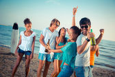 Skupina přátel s party na pláži — Stock fotografie