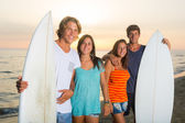 Gruppe von freunden mit surfboards — Stockfoto