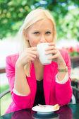 Jonge vrouw met kopje koffie — Stockfoto