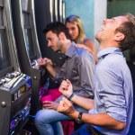 grupp av vän leker med spelautomater — Stockfoto