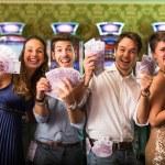 vänner vinna en massa pengar på casino — Stockfoto