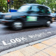 Look Right Sign and Blurred Traffic in London — Stock Photo