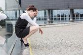 Femme d'affaires fatigué ou déprimé à l'extérieur — Photo