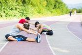 Grupo de personas que hacen ejercicios de estiramiento — Foto de Stock