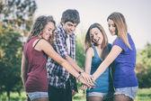группа подростков с руками на стек — Стоковое фото
