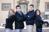 Grupo de amigos abrazados al aire libre — Foto de Stock