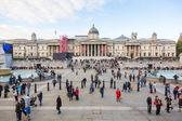 LONDON, UNITED KINGDOM - OCTOBER 30, 2013: Crowded Trafalgar Squ — Stock Photo