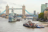 Tower Bridge, Thames river and HMS Belfast in London — Stockfoto