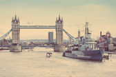 Tower Bridge, Thames river and HMS Belfast in London — Foto de Stock