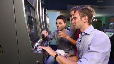 Slot makineleri ile oynayan arkadaş grubu — Stok video