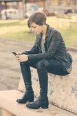 Tjej som skriver på mobiltelefon — Stockfoto