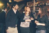 Groep vrienden in een night club — Stockfoto