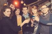 Gruppe von freunden in einem nachtclub — Stockfoto