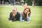 两个女孩在公园在塔林 — 图库照片