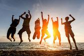Ludzi skaczących na plaży — Zdjęcie stockowe