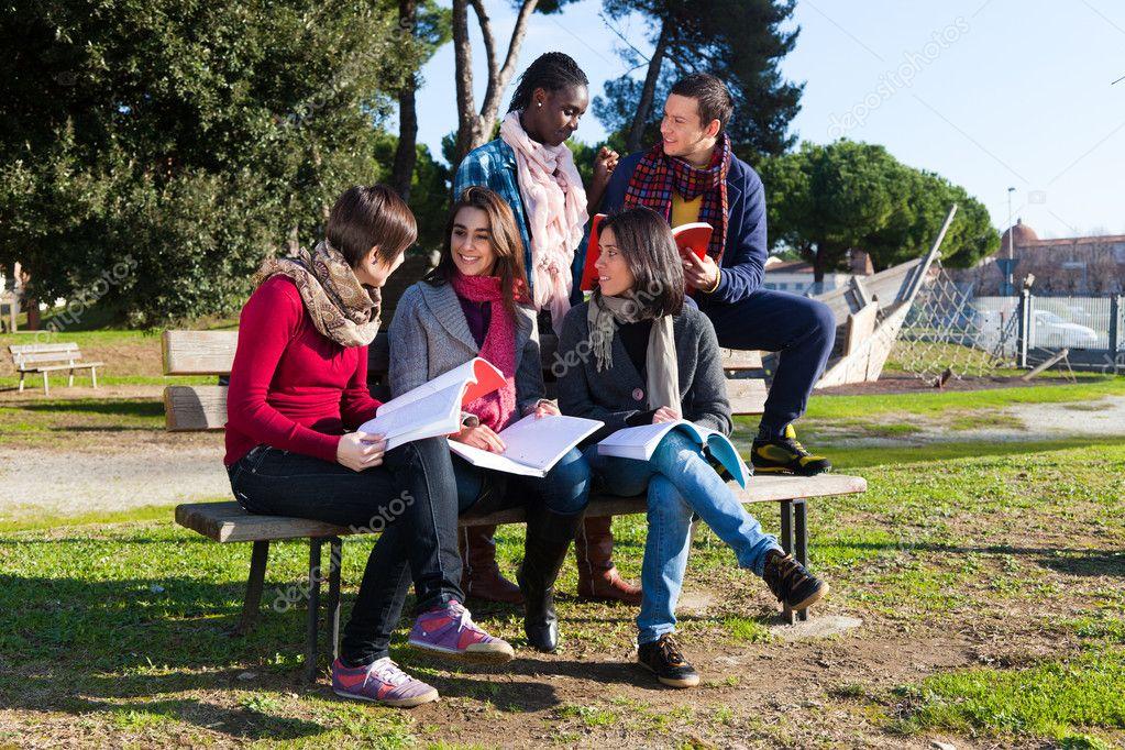 大学生学习在公园厮守在一起