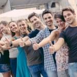 grupo de amigos com polegares para cima — Foto Stock