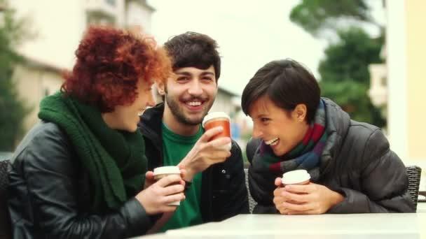 Grupo de amigos con bebida caliente en invierno — Vídeo de stock