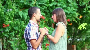 Junger Mann und Frau flirten — Stockvideo
