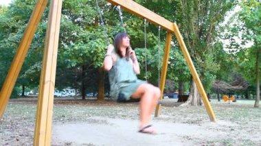 Giovane donna divertirsi sull'altalena — Video Stock