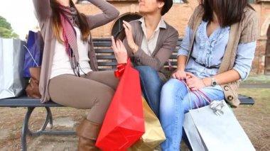 Drei glückliche frauen nach dem einkaufen — Stockvideo