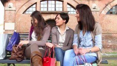 三名妇女在相机中查看照片 — 图库视频影像