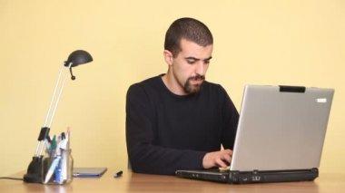 Uomo riflessivo, utilizzando il computer — Video Stock