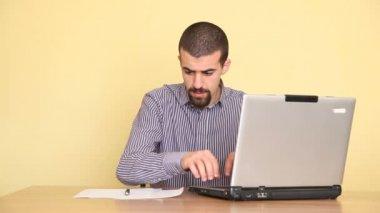 Unsatisfied man using computer — Stock Video