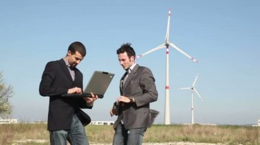 Engineers in front of Wind Turbine for Power Generation — Vídeo de stock