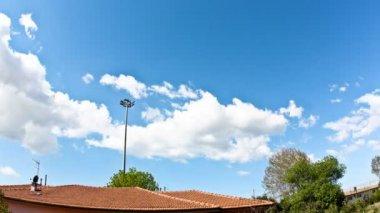 Bulutlar gökyüzü üzerinde — Stok video