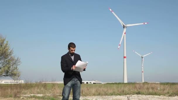 Ingeniero en frente de la turbina de viento para la generación de energía — Vídeo de stock
