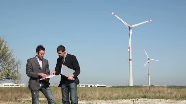 Ingenieros delante de turbina de viento para la generación de energía — Vídeo de stock
