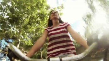 若い女性の自転車で行く — ストックビデオ