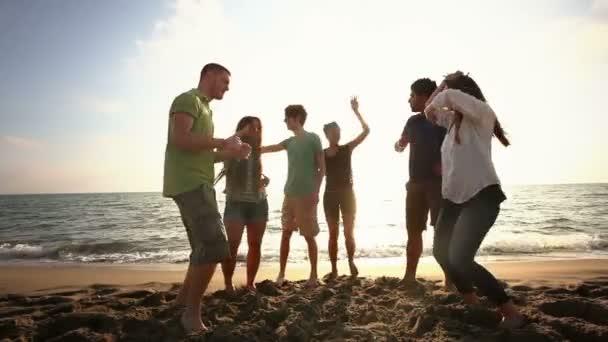 Amis danser sur la plage — Vidéo