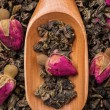 Oolong tea with delicate rose buds — Stock Photo
