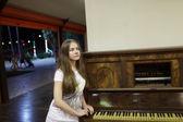 Adolescente y piano — Foto de Stock