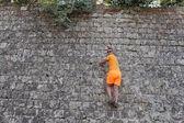 Man climbing on wall — Stock Photo