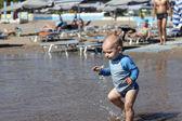 Bebé caminar en la playa — Foto de Stock